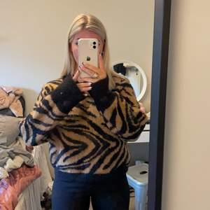 Super skön & snygg stickad tröja med djurmönster från H&M! Strl.S 😇 Lång i armarna så den går över händerna🙏🏼😍