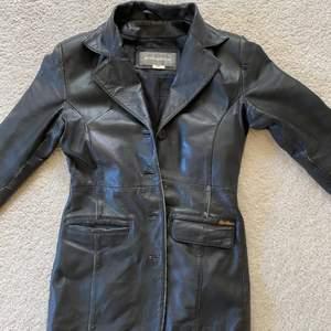 Säljer min vintage läderjacka/kappa. En lös knapp men annars gott skick! Kan mötas upp i Stockholm eller frakta💗