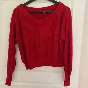 En stickad tröja från ginatricot i en jättefin röd färg! Tröjan är inte alls stickig vilket annars kan vara ett problem med stickade tröjor tycker jag! Jag skulle säga att denna tröja lutar sig mot att vara lite off-shoulder men inte riktigt helt o hållet!