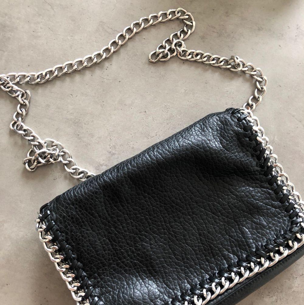 Säljer en av mina favoritväskor då den aldrig kommer till någon användning längre. Väskan är använd ett par gånger, alltså är den i nyskick. En as fin väska helt enkelt med snygga detaljer. Väskans band går även att vika in så att det blir en kortare modell💓💓 . Väskor.