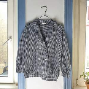 såå söt boxy skjorta/tunn jacka från lin&yang som ger 60talsvibbar. fint skick! bekvämt å luftigt men stabilt tyg, söta vita knappar å v-ringning🌻