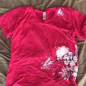 en rosa t shirt jag endast använt en gång! skut cool och älskar den. vill nt ha den mer för att den nt kommer till användning!