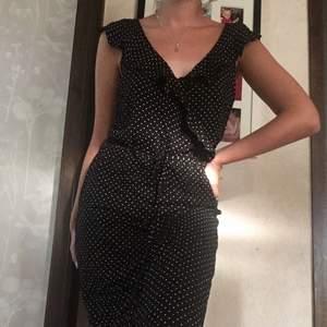 Skit snygg prickig klänning med knytning i midjan från Hm som bara är använd 2 ggr!
