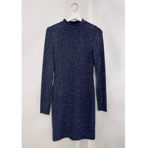 Svart långärmad glittrig klänning . Passar bra som ny års klänning. Strl.S