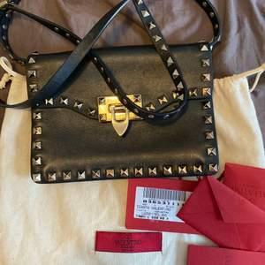 Valentino garavani väska givetvis ÄKTA och äktehetsbevis finns och medföljer❤️ även prislapp finns kvar!! Måtten är 20 x 14 cm, väskan är i väldigt bra skick. Extra nitar och dustbag medföljer även