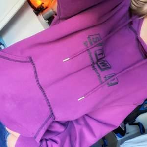 Skön lila hoodie i bra skick. Står storlek S men skulle säga M, pris kan diskuteras<3
