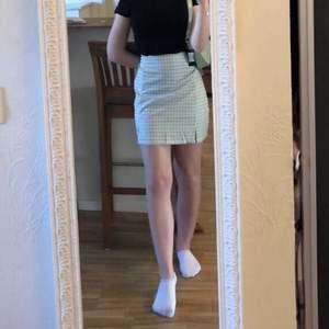 Säljer denna gröna kjol då den var för stor för mig. Endast testad! Kontakta mig vid intresse eller vid frågor.