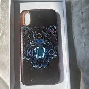 Säljer mitt mobilskal från kenzo pga bytt mobil. Supercoolt skal som köptes  för 600kr! Sparsamt använt!! Möts helst upp men kan även frakta.