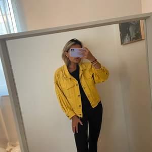 Gud jeansjacka med slitage, super snygg! Passar när man vill ha lite färg nu på sommaren 💛