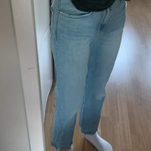 Blåa momjeans med slitningar där nere, från ZARA. Superskönt och stretchigt material. Storlek 36 men är lite stora för mig i midjan som är en 34/36. Jättefint skick, ser ut som nya!🤍🌸