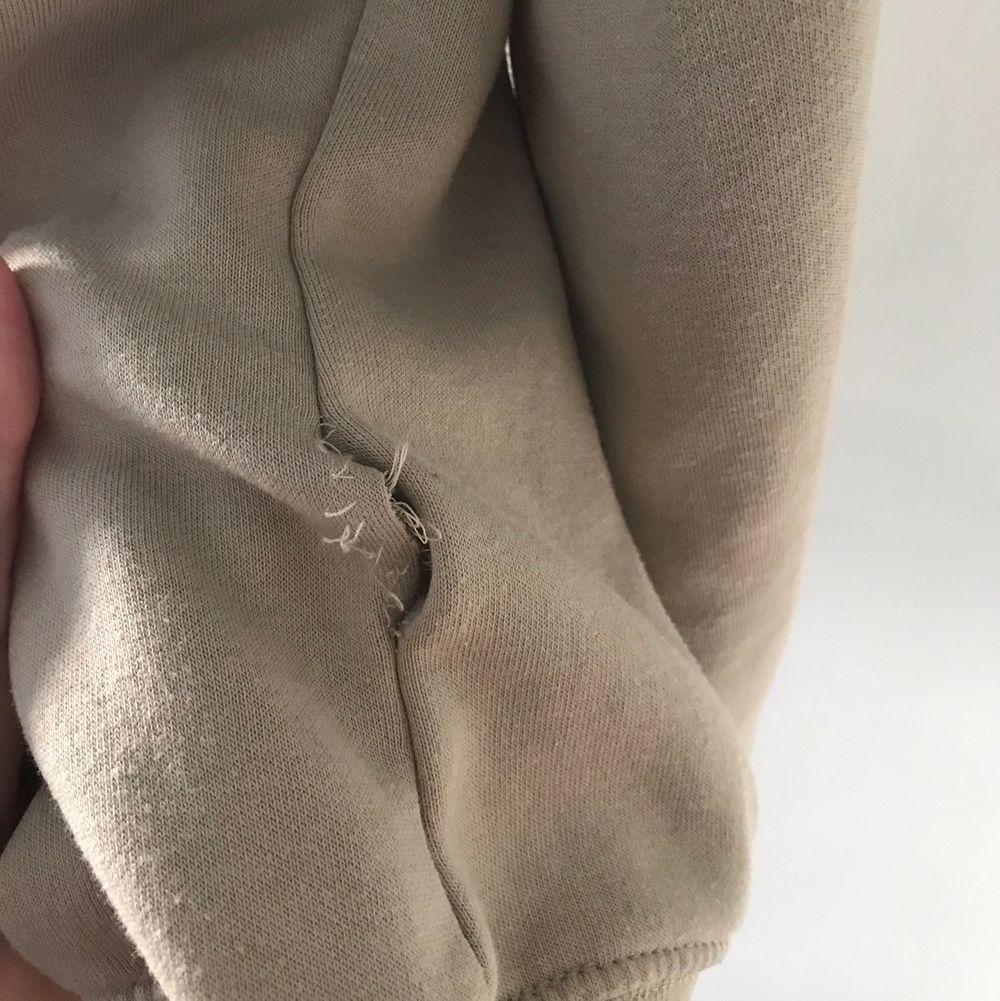 Säljer denna sjukt fina och stora sweatshirten, köptes secondhand för ungefär 600kr! Väldigt stor, finns ingen lapp så vet ej exakt storlek 🤍 Det billiga priset är pga hålet på sidan av tröjan (sista bilden)! Köparen står för frakten som ligger på 66kr spårbart!!. Tröjor & Koftor.