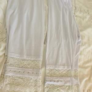 Säljer 2 stycken vita leggings, passar allt mellan S-L. Tybara. Går att köpa ett par också.