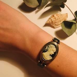 Jag tror att detta varit en klocka, det går att öppna den och där sitter en liten trasig skärm i. Men den är fin som armband också!