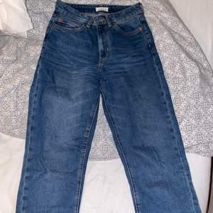 Blåa jeans från Lindex med slits i strl 34, kan tyvärr inte visa någon bild på då dom ej passar längre men dom sitter perfekt i längden på mig som är 1,56      150kr+frakt 🥰
