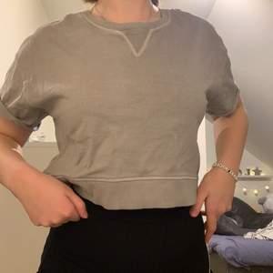 Säljer min lite annorlunda men fina tröja från Dr.Denim. Använd vid 2 tillfällen men känner att den inte riktigt var jag. Storlek S och sitter jättebra. Materialet är lite tjockare mot sweatshirt hållet och väldigt skön. Köparen står för frakt!