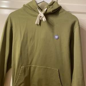 Najs Double A hoodie från woodwood i superfin grön färg, jättebra skick - nästan ny men passar tyvärr inte