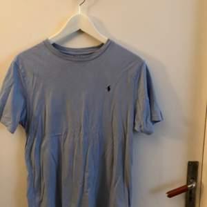 Blå ralph lauren t-shirt i strl S. Köparen står för frakten