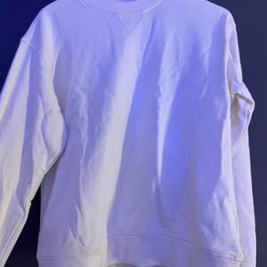 Snygg basic collegetröja från H&M ☁️ Den är dock vaniljvit och inte kritvit som på bilden :) Använd fåtal gånger och är i bra skick! Strl S och säljer för 120kr + frakt 🤍