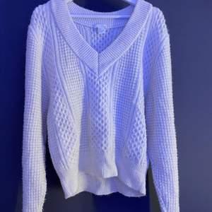 Mysig V-ringad stickad tröja från H&M! Perfekt att ha en vit skjorta under exempelvis :) Strl S och säljer för 100kr