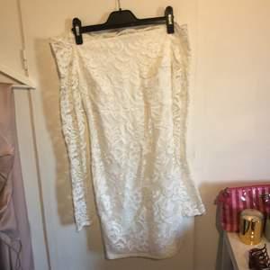 Vit off-shoulder klänning i spets, från Nelly. Använd 1 gång. Superfin på. Säljer för att jag har för många vita liknande klänningar.