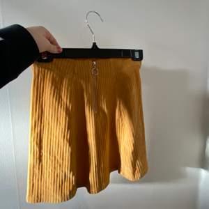 Supersöt  vintage gul kjol i sammets aktigt tyg! Liten dragkedja framtill. Använd mycket fåtal gånger så den är precis som ny 💋. Köpt ifrån Pull and Bear. Frakt tillkommer! 💃🏼