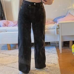 säljer mina ace jeans med vida ben ifrån weekday då jag aldeig använder dem, jeansen är alltså i nyskick och jag är 170 cm lång! spårbarfrakt tillkommer på 60kr ✨