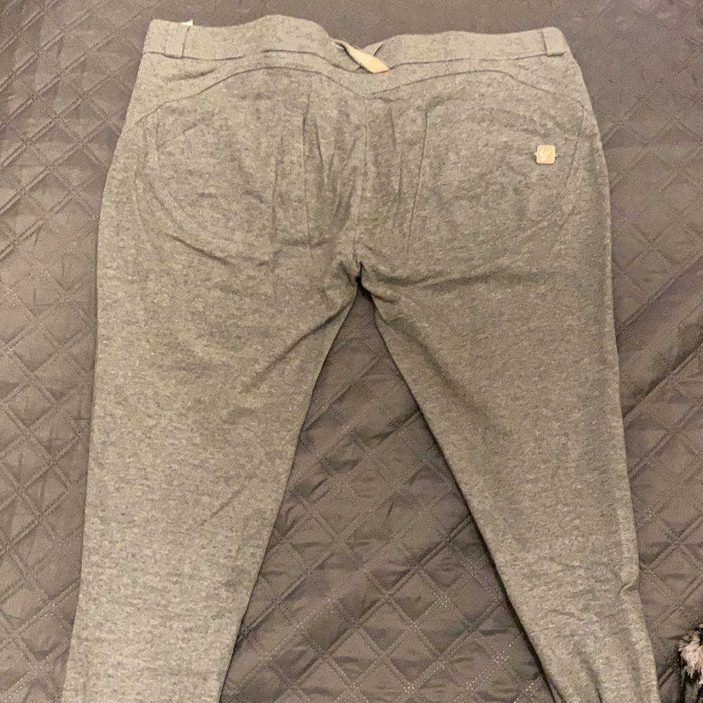 Jag vill sälja mina Freddy pants, dom är såklart äkta och NYPRIS är 900kr. Dom är använda ett par gånger men absolut inget fel på dom, endast skavt liite på lappen som sitter inuti byxorna. Byxorna i sig är jättesköna men jag vill köpa en annan färg.. Jeans & Byxor.