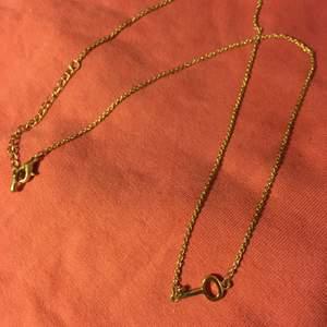 """Guldigt halsband med nyckel-""""berlock""""💞🗝 (guldfärgen syns dock inte riktigt på bilden) Kedjan är 48 cm lång men går att justera om man vill ha den kortare😊 frakten ingår i priset"""