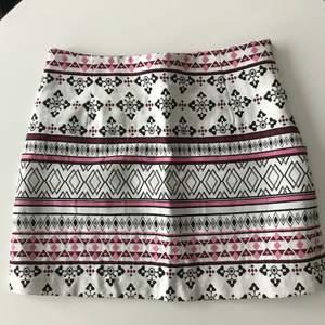 Säljer nu min ass snygga kjol från h&m då den är förliten för mig. Kjolen e använd fåtal gånger. Sömnen har dock släpt lite från dragkedjan, obs! Inget hål och inget man tänker på. Är du intreserad skickar jag bild. Kjolen är i stl 40 men skulle säga att de är mer som en 38.