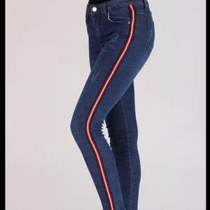 Säljer då jeansen inte kommer till användning! (hittar inte någon lapp med storlek, men de passar mig som är 36)