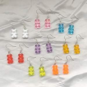 Gummibjörnsörhängen 💗  Färgerna som finns att välja mellan:  - Vit  - Rosa  - Blå - Röd  - Lila  - Gul  - Grön  - Orange   - 39 kr st ✨  - frakt tillkommer på 15 kr 💕  Kontakta mig vid frågor eller köp! 🥰