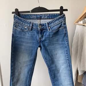 lågmidjade slight curve flare jeans från levis san francisco i storlek 25