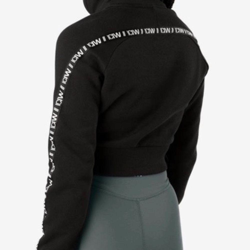 Supersnygg sweatshirt i lagom tjockt material att träna i. Använd få gånger då den är lite liten. Nypris 549:-, mitt pris 400. . Huvtröjor & Träningströjor.
