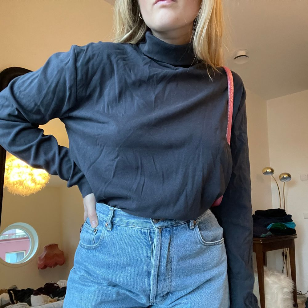 Mörkgrå polotröja i storlek L, men visas på en medium💕 det är tunnare tyg än en collagetröja och långa armar💖. Tröjor & Koftor.