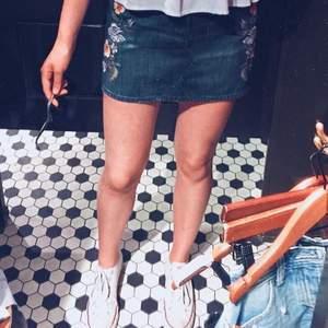 Gullig, kort kjol från hollister i strolek W27. Endast använd en gång🥰 Säljer pga för liten (bilden är gammal). Köparen står för frakten.