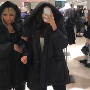 Säljer min populära puffer jacket från Zara i storlek M, sitter perfekt oversized på mig som är S! Helt slutsåld i butik & online. Jag är 172 cm lång och den sitter bra på mig och jackan är i bra skick :)) Möts gärna upp annars fraktar jag självfallet men då står köparen för frakten 🤍