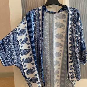 Superfin och somrig kimono från Boohoo i strl S, vit med blå detaljer. Kan bara posta och köparen står för frakten😊