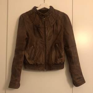 Säljer en jättesnyggg mörkbrun äkta läderjacka från Herry. Storlek S. Bra skick.