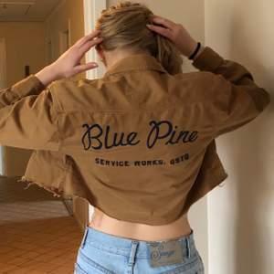 Brun kroppad jeans jacka med tryck på baksidan, har klippt den själv så den är kort💖storlek S, köparen står för frakten som är 72kr⭐️