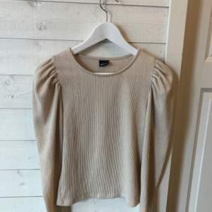 Säljer denna jätte fina tröja från ginatricot som är använd en gång. Skriv vid frågor eller mer bilder.