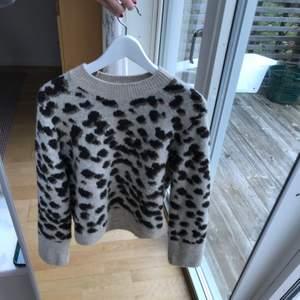 En stickad jättemjuk tröja i leopardmönster! Är i storlek Xs men är som en S. Tröjan är i ett bra skick!