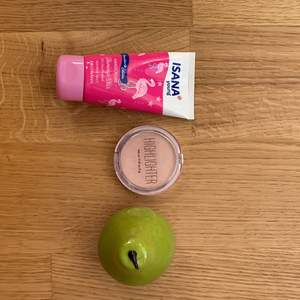 Jag säljer några random grejer nu för jättebra priser! Den rosa produkten är en handkräm köpt i Tyskland, den luktar precis som en jordgubbsdessert och den återfuktar din hud så bra! Jag har bara använt den några få gånger så den är ganska full skulle jag säga🌸 Den sin ser ut som ett päron kan både användas som ett ansiktskräm och handkräm! Lukten är väldigt mjuk och lugnande och jag var jättenöjd med den de få gånger jag använde den. Men den här är inte helt full, då jag har använt den lite, men det mesta är kvar!🍐Highlightern är från H&M och jag har använt den ca 4 gånger så den är så gott som ny och glittrar så fint!✨ Handkrämen kostar 40 kr, ansikts/handkrämet kostar 35 kr och highlightern kostar 50 kr❤️ Om ni vill ha fler bilder är det bara att skriva❤️