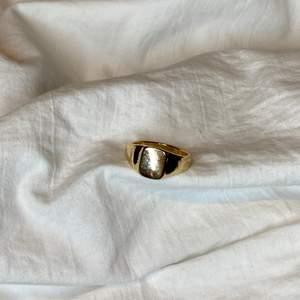 Dessa såå fina ringar som matchar till allt! Kostar 40kr + 12kr frakt 💕 storlek M/L ✨✨ (man får med extras!)