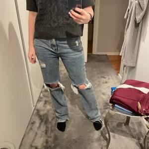 Säljer dessa jeans från prettylittle thing men som liknar de populära zara jeansen! Jag är 171cm o dessa är väldigt långa på mig men de passar även någon kortare då man kan klippa av dom💕 älskar passformen men har alldeles för många liknande jeans så måste tyvärr göra mig av med dessa🥺💕 priset är inklusive frakt!!!!!!