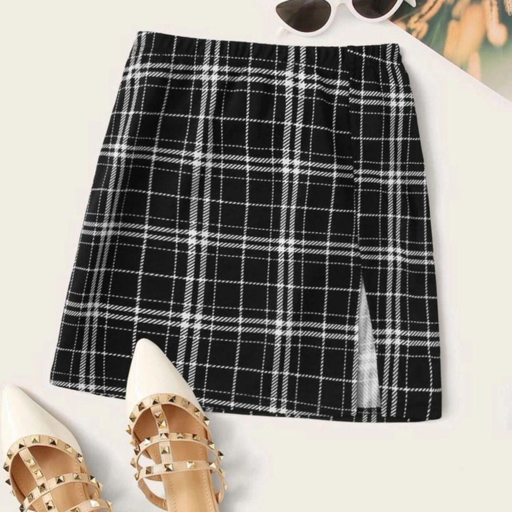 Söt kjol med slits från shein i storlek xs. Väldigt stretchig är den och är för stor på mig för är ganska smal i midjan. (är 171 cm lång). Pris 30kr + frakt (för fraktkostnad se pris nedan). Kjolar.