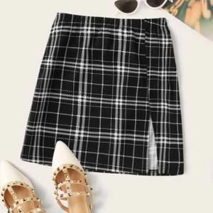 Söt kjol med slits från shein i storlek xs. Väldigt stretchig är den och är för stor på mig för är ganska smal i midjan. (är 171 cm lång). Pris 30kr + frakt (för fraktkostnad se pris nedan)
