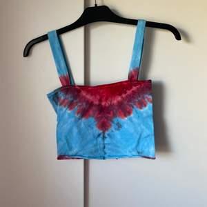 Batik linne sytt av förra ägaren, väldigt fin och håller bra trots det, skulle säga den passar en S, fri frakt✨