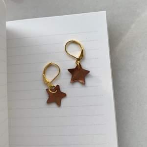 Stjärnor i pärlemor🌟Finns fler färger och i silver! Krokarna är i guldpläterad metall, nickelfri. 70kr/paret. Frakten står jag för