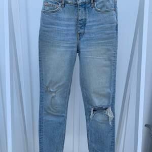 Supersnygga tighta ljusa jeans med slitningar från Gina tricot som dessvärre inte passar längre. Är använda men i väldigt fint skick. Nypris: 499kr