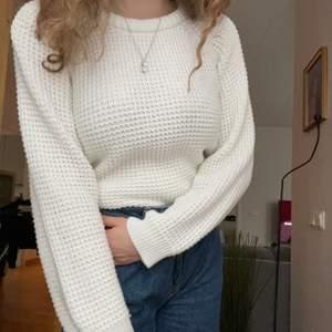 Jätte mysig stickad tröja att slänga på sig på kalla morgnar och dagar eller kvällar. Går att matcha till allt och är så himla skön, ett måste <3